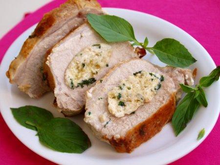 Свиное филе с начинкой из сыра и базилика