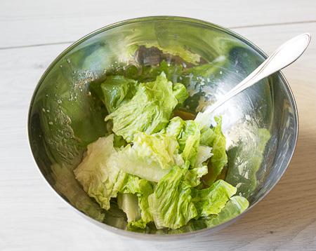 Салат с лисичками и копченой курицей