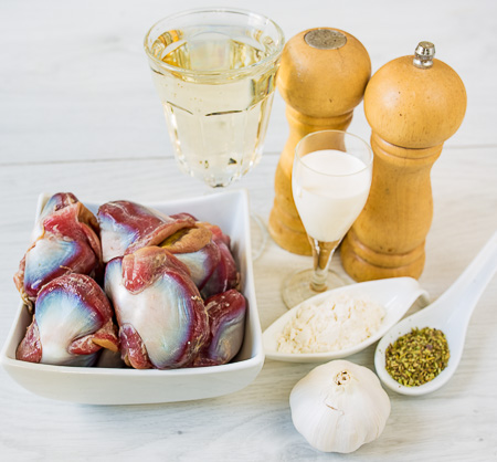 Утиные желудочки, томленые в белом вине с чесноком