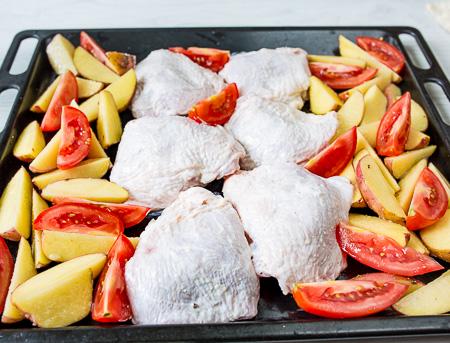 Курочка, запеченная с молодым картофелем и томатами