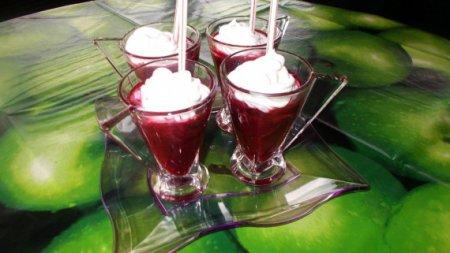 Смузи из ягод со взбитыми сливками