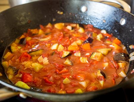 Паста с фрикадельками в овощном соусе