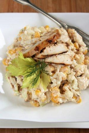 Салат с запеченной курицей и рисом