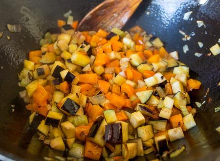 Жареный фарш с осенними овощами и рисом