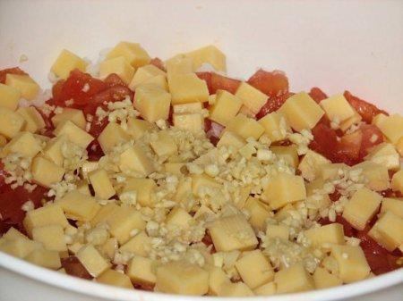 Салат из риса и помидор