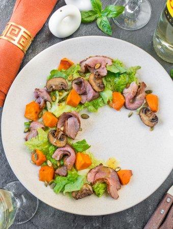 Осенний салат с тыквой, грибами и утиной грудкой