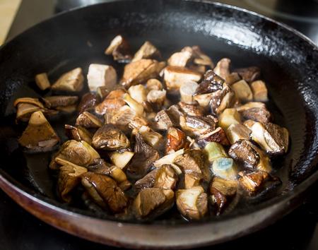 Деревенские колбаски с подберезовиками в белом соусе