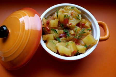 Картофель с кабачками и томатной пастой