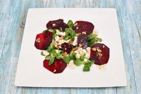 Салат из свеклы с орехами и рикоттой