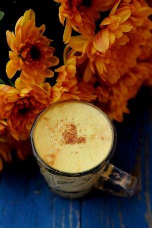 Кофе с золотым молоком и корицей