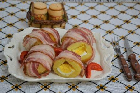 Картофель, запеченный с яйцом и сыром в беконе
