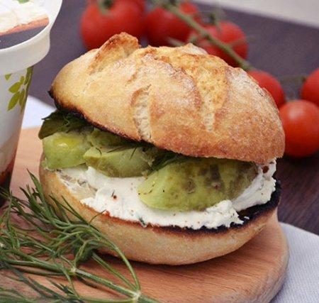 Бутерброд с сыром и авокадо