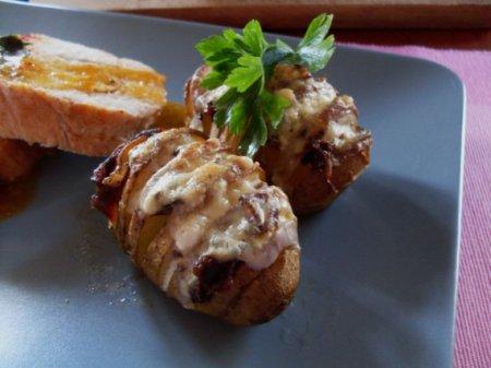 Картофель, фаршированный беконом