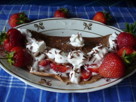Шоколадные блины со взбитыми сливками и клубникой