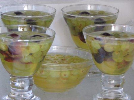 Желе из белого вина с виноградом