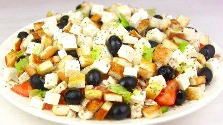 Шикарный греческий салат с курицей и сухариками