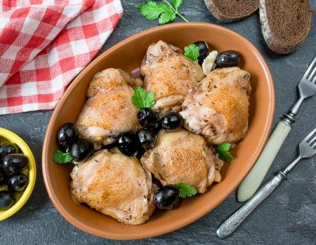 Курица с маслинами, тушенная в вине