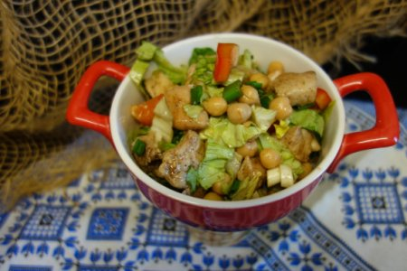 Салат с нутом и куриной грудкой
