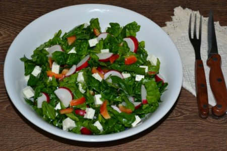 Салат со шпинатом, редисом и козьим сыром