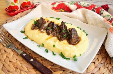 Куриная печень в соевом соусе с картофельным пюре