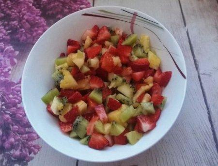 Салат из ананаса, киви и клубники