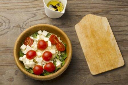 Салат с кускусом, моцареллой, шпинатом и помидорами черри