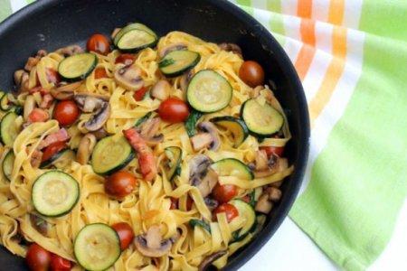 Спагетти с беконом, грибами и цукини