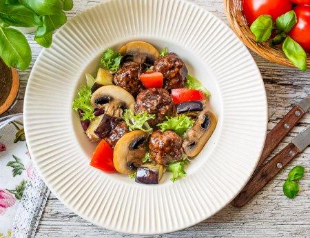 Теплый салат с азиатскими фрикадельками