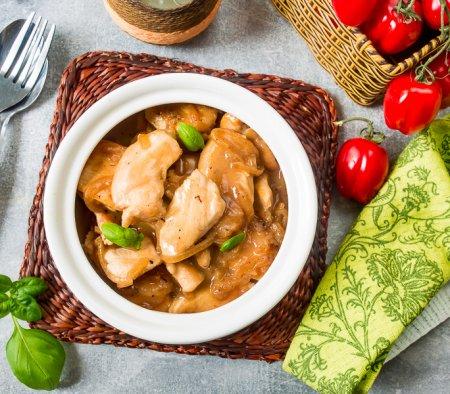 Куриное филе в луковом соусе