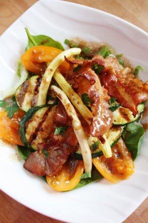 Салат с овощами-гриль и беконом
