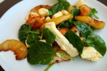 Салат с яблоками, камамбером, шпинатом и чесночными сухариками