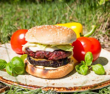 Бургер-гриль с сочным баклажаном