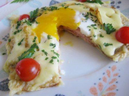 Яйцо в блине
