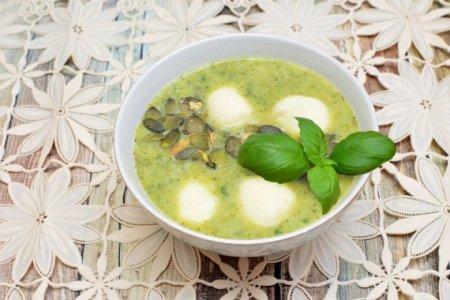 Крем-суп из брокколи с моцареллой и семенами тыквы