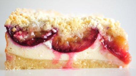 Простой пирог со сливами и творогом