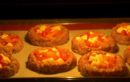 Мясные гнезда с сыром и помидорами