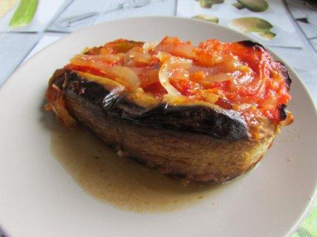 Баклажаны с луком и помидорами