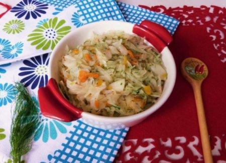 Тушеная капуста с морковью и яблоком