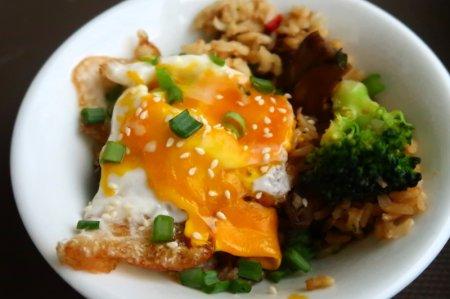Коричневый рис с брокколи, грибами и мисо-соусом
