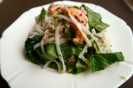 Лосось в тайском стиле с рисовой лапшой