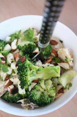 Салат с курицей, брокколи и орехами