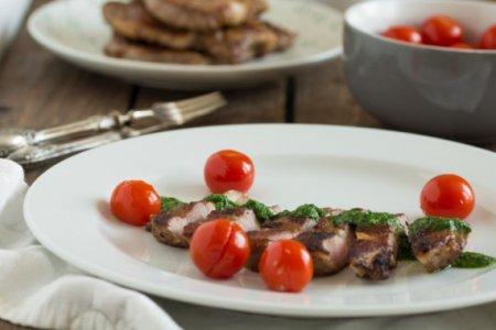 Свинина с соусом чимичурри и помидорами