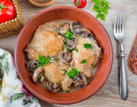 Курица с шампиньонами, тушенная в белом вине
