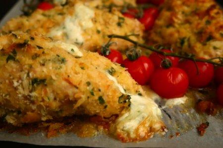 Куриное филе с сыром таледжио в панировке из пармезана