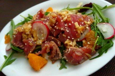 Салат с тунцом в кунжутно-луковой заправке