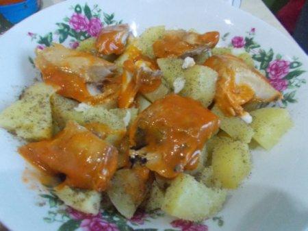 Картофельный салат со скумбрией в томатном соусе
