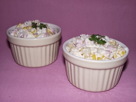 Салат с рисом, ветчиной и ананасами