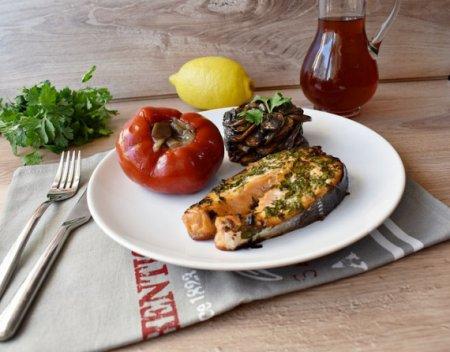 Стейк из лосося с зеленью и с грибами