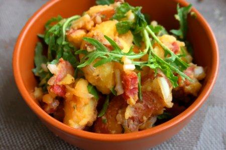 Картофельный салат с чоризо и рукколой