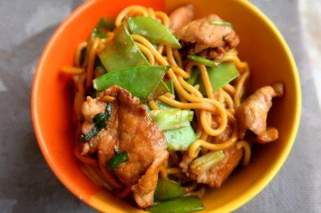 Азиатская лапша со свининой и зеленым горошком